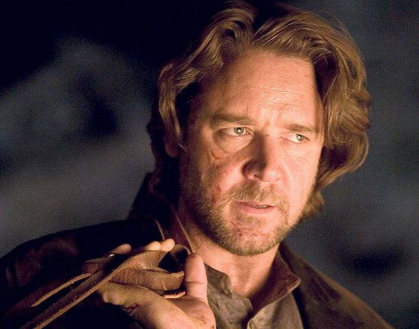 Russell Crowe esittää lainsuojatonta.