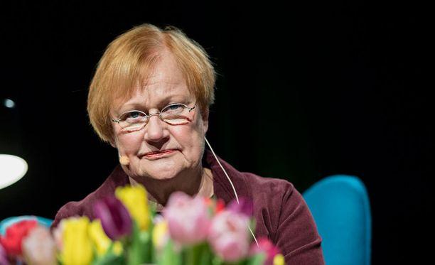 Presidentti Tarja Halonen esitti lauantaina, että kielteisen turvapaikkapäätöksen saaneiden ihmisten palautukset konfliktialueille tulisi toistaiseksi keskeyttää.