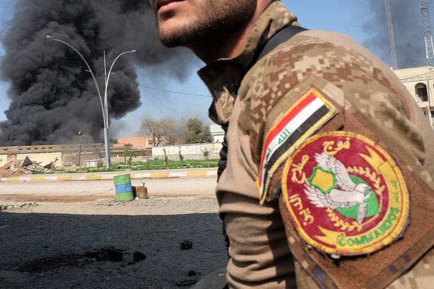 Käräjillä tuomittu irakilainen oli maan vakituisen armeijan viestijoukkojen korpraali. Kuvituskuva taisteluista Mosulissa.