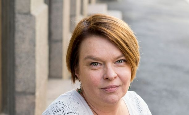 Elina Knihtilä puhuu julkisuudessa avoimesti mies- ja naisnäytteiljöiden epätasa-arvosta.