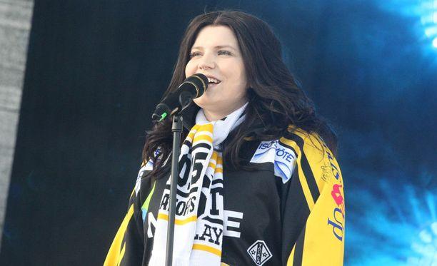 Suvi Teräsniska esiintyi maanantai-iltana Oulun Kärppien mestaruusjuhlissa.