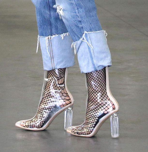 Läpinäkyvien kenkien alta pilkottavat verkkosukat ovat supertrendikkäät.