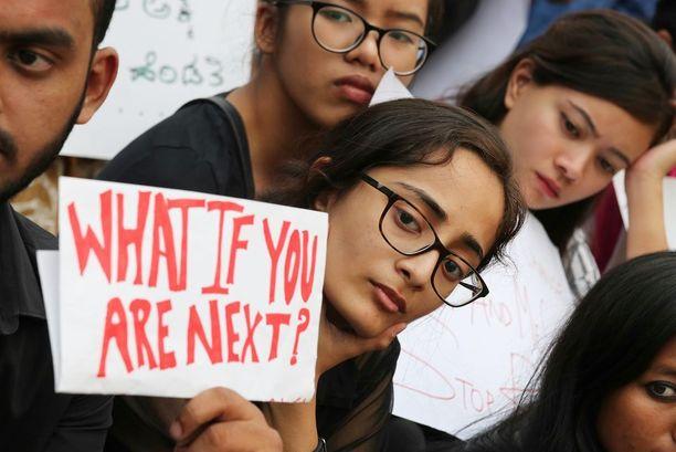 Opiskelijoita ja aktivisteja osoittamassa mieltään seksuaalirikoksia vastaan Bangaloressa huhtikuun lopulla.