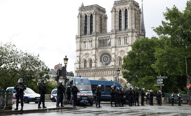Notre Damen katedraalilla on parhaillaan runsaasti poliiseja.