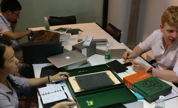 Eve-Tech kävi tutustumassa kiinassa laitteen valmistusprosessiin. Toimitusjohtaja Konstantinos Karatsevidis kuvassa oikealla.