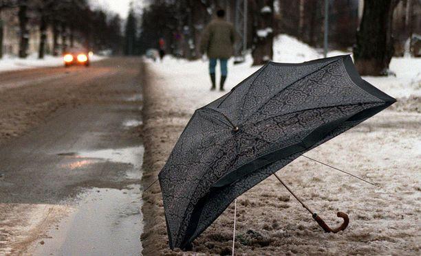 Puuskainen tuuli vaikeuttaa ulkoilijoiden yrityksiä suojautua alkuviikon sateilta.