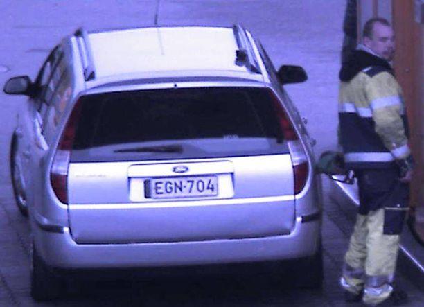 Tunnistatko tämän miehen? Poliisi epäilee hänen syyllistyneen lukuisiin bensavarkauksiin.