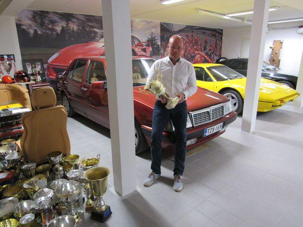 Autotallista löytyy kuusi autoa. Helmet ovat Ferrarit 308 GTB ja 456 GT.