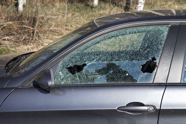 Ikkunoita rikotaan, autoja potkitaan ja maalipintaa naarmutetaan.