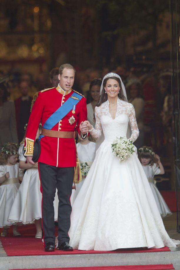 Myös herttuatar Catherine pukeutui pitsiseen häämekkoon.