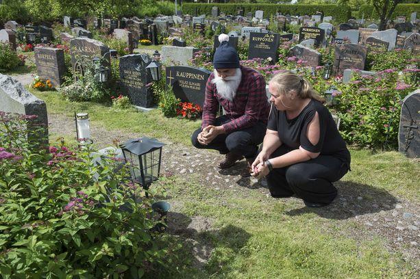 Sirke tapasi hyväntekijä Brother Christmasin ensi kertaa hautausmaalla, kun hautakivi oli asennettu paikalleen.