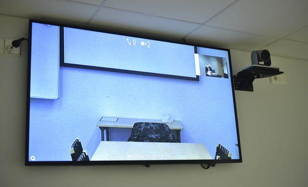 Syytettyä kuullaan oikeudessa videoyhteyden välityksellä. Hän ei ollut vielä tullut paikalle, kun kuvaajat olivat oikeussalissa.