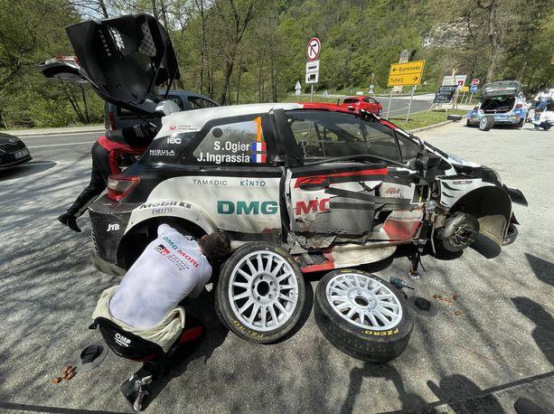 Sebastien Ogierin auto kärsi mittavia vahinkoja apukuskin oveen kolarissa.