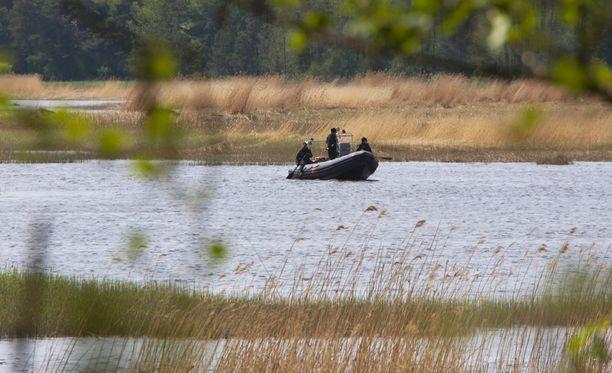 Rajavartiolaitoksen venepartio päivystää merellä, ettei karhu lähde uimaan Salminlahteen.