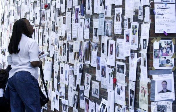 Omaiset etsivät rakkaitaan seinälle kiinnitetyissä ilmoituksissa.