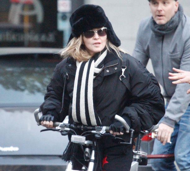 Madonna oli vetänyt päähänsä mustan karvalakin.