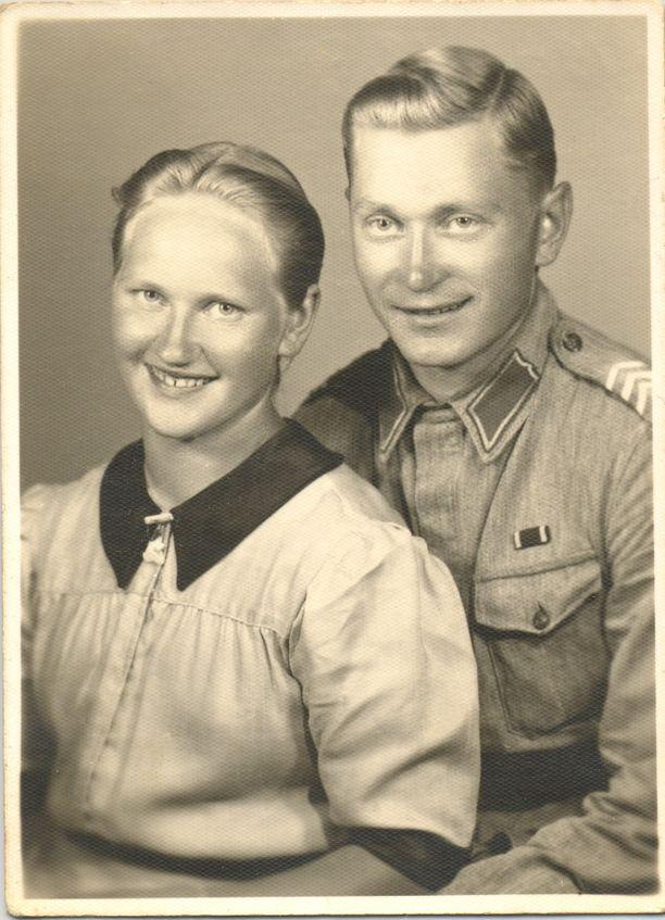 Tauno ja Martta Tikkasen avioliitto täyttää jo 75 vuotta. Kihloihin he menivät 18. heinäkuuta 1942, kun pääsi lomille. Tauno täyttää ensi keväänä 103 vuotta ja asuu edelleen pariskunnan kodissa. Miestään viisi vuotta nuorempi Martta muutti syksyllä 2017 palvelutaloon.