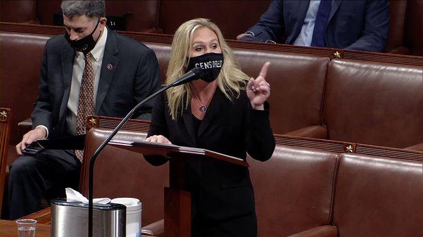"""Kongressiedustaja Greene puhui viime viikolla presidentti Trumpin virkasyytettä käsitelleessä, televisioidussa väittelyssä kasvoillaan maski, jossa oli teksti """"censored"""" (""""sensuroitu"""")."""