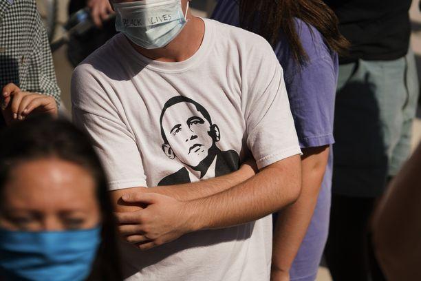 Floridassa mielenosoittaja oli pukeututnut Barack Obaman kuvalla varustettuun paitaan.