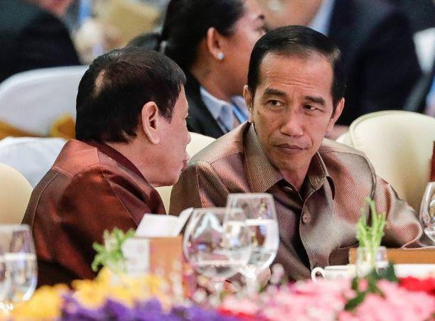 """Indonesian presidentti Joko Widodo (oik.) keskusteli toisen """"rankaisijan"""", Filippiinien presidentti Rodrigo Duterten, kanssa Asean-huippukokouksessa."""