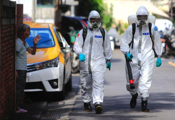 Taiwanin pääkaupungissa Taipeissa desinfioitiin lauantaina kaupunginosaa, jossa koronavirus on levinnyt nopeasti.
