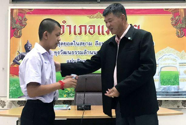 Villisikajoukkueen Pornchai Kamluang saa kansalaisuuden Mai Sain aluejohtajalta.
