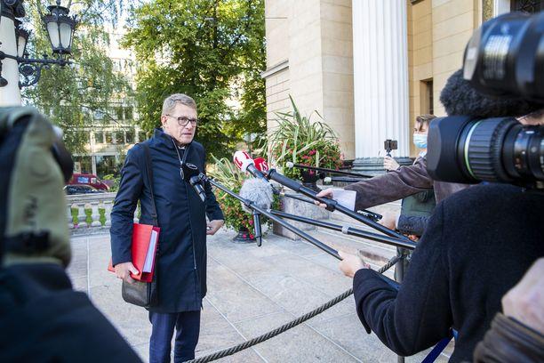 Valtiovarainministeri Matti Vanhasen mukaan koronaepidemian vaatimat toimet tulevat nakertamaan miinusta budjettiin.