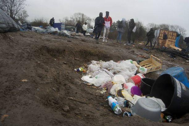 Pakolaisleirin osia purettiin jo maanantaina. Osa taloista paloi mellakkapoliisin ja siirtolaisten kahakassa.