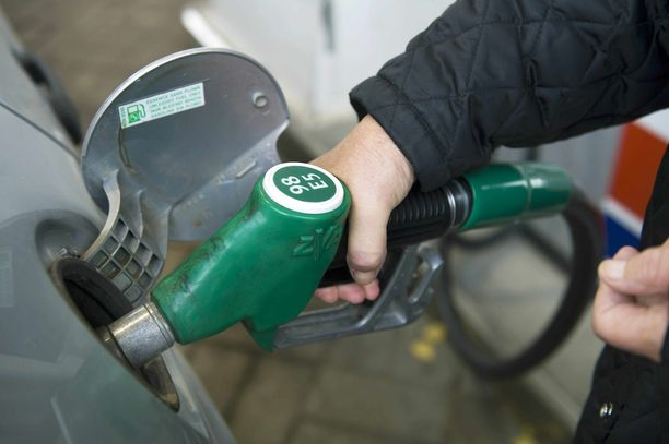 Bensiinin litrahinta on Suomessa samalla tasolla kuin Ruotsissa ja halvempaa kuin Norjassa, mutta kuukausipalkalla menovettä saa vähemmän.