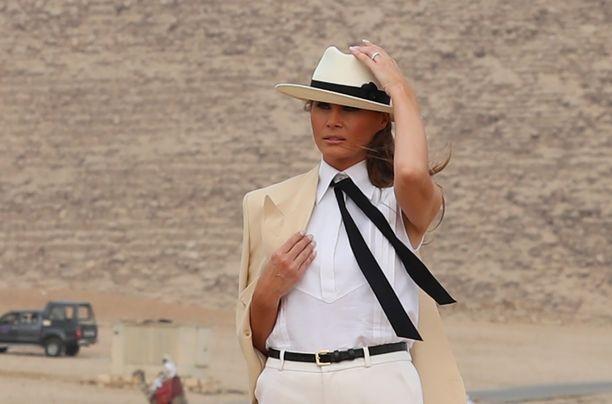Melania piti lehdistötilaisuuden Gizan pyramidien edustalla.