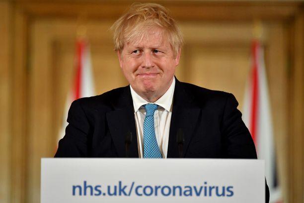 Boris Johnson uskoo, että koronakriisi hellittää viimeistään kesällä.