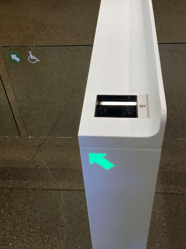 Liikkeeseen pääsee näyttämällä puhelimen sovellusta portin skannerille.