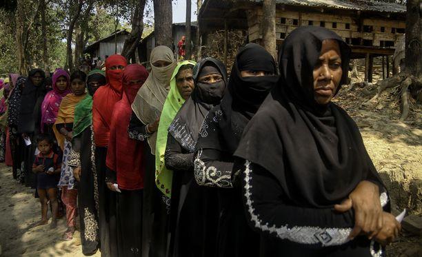 Rohingya-naisia pakolaisleirillä Bangladeshissa.