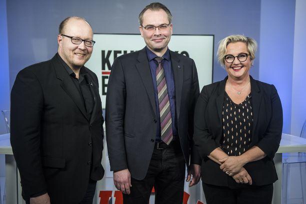 Puolustusministeri Jussi Niinistö Kehtaako edes sanoa -ohjelman vieraana. Oikealla Iltalehden erikoistoimittaja Kreeta Karvala, vasemmalla politiikan toimituksen esimies Juha Ristamäki.
