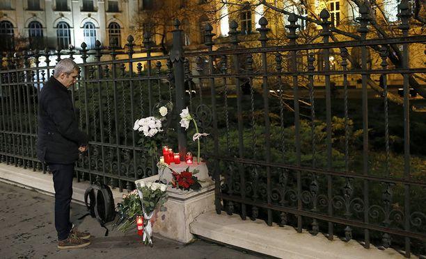 Romanian entisen kuninkaan Mikael I:n kuolema huomioitiin luonnollisesti myös maan pääkaupungissa Bukarestissa, jossa nykyään Kansallisena taidemuseona toimivan entisen kuninkaallisen palatsin eteen tuotiin tiistai-illan aikana kukkia ja kynttilöitä.