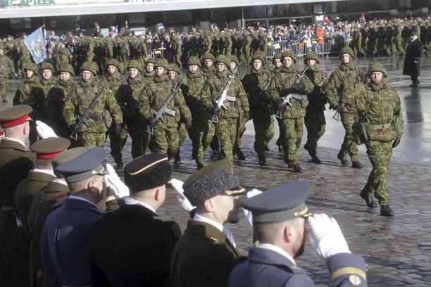 Sotilaat marssivat paraatissa Viron satavuotispäivänä 24.2.2018.