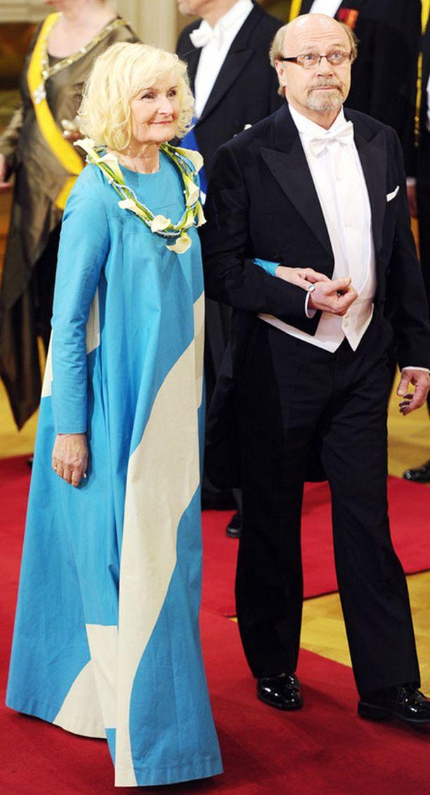 Liisa Väätäinen oli pukeutunut siniseen Vuokkoon.