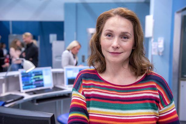 Leena Pöysti on iloissaan siitä, että hänelle on kirjoitettu sarjaan niin mehukas hahmo. Vastavalmistunut lääkäri Johanna kipuilee uudella kaudella ammattinsa kanssa.