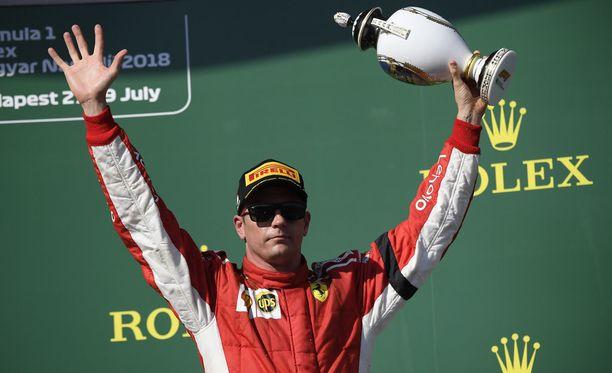 Kimi Räikkönen on yltänyt viidessä kisassa peräkkäin palkintokorokkeelle ja saanut näin epäilijänsäkin liputtamaan Ferrari-jatkon puolesta.
