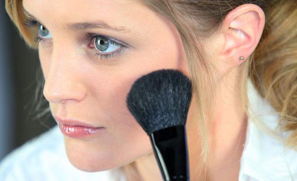 Paksu meikki väsyneillä kasvoilla tuskin piristää. Satsaa mieluummin kuulauteen.