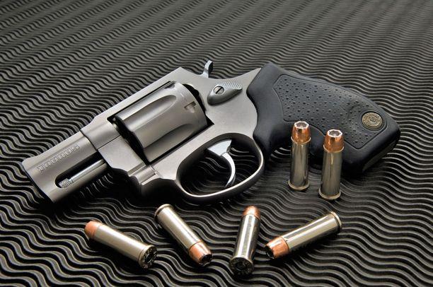 Rikosase on .38 kaliberin revolveri. Kuvan aseen on valmistanut brasilialainen Taurus, jolle yhtiölle Rossin tuliaseiden valmistus siirtyi vuonna 1997.