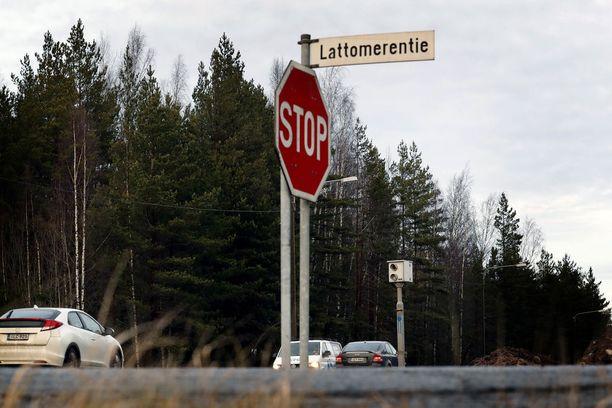 Peltipoliisi valvoo nopeuksia päätiellä, mutta ei tunnista stop-merkin noudattamatta jättämistä. Tässä olisi peltipoliisille töitä.