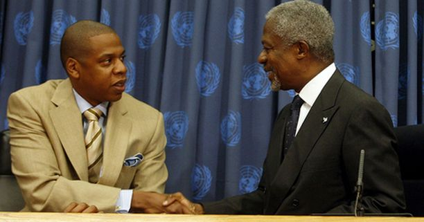 Rap-artisti ja levymoguli Shawn Carter, paremmin tunnettu nimellä Jay-Z, kätteli YK:n pääsihteeri Kofi Annanin kanssa merkiksi yhteistyön alkamisesta.