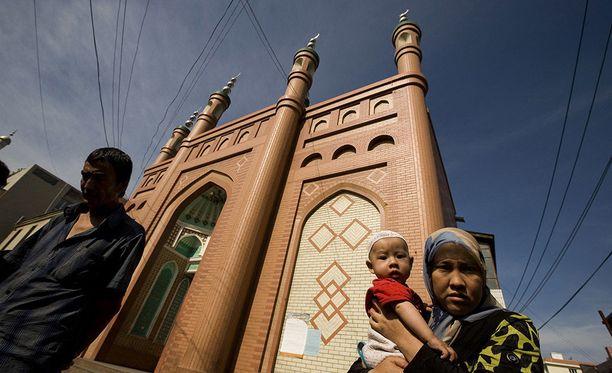 Uiguureja kuvattuna moskeijan edessä Urumqissa Xinjiangin provinssissa.