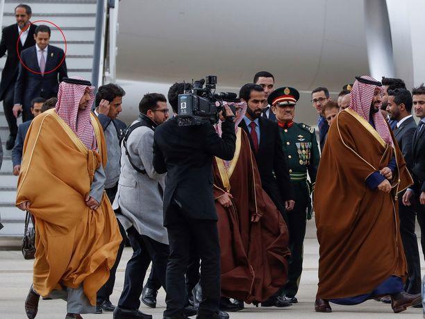 Kruununprinssi Mohammed bin Salman (oik.) Madridin lentokentällä viime huhtikuussa, Ylhäällä vasemmalla Mahir Abdulaziz Mutrib.