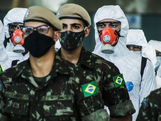 Brasiliassa maan armeija on osallistunut mittaviin desinfiointitoimiin muun muassa lentokentillä koronaviruksen leviämisen estämiseksi.