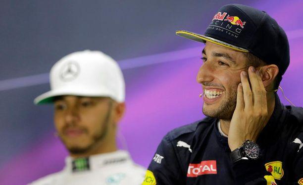 Lewis Hamilton ja Daniel Ricciardo hassuttelivat lehdistötilaisuudessa.