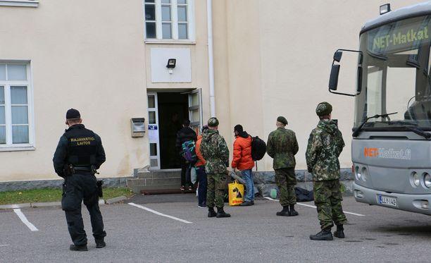 Turvapaikanhakijoita saapumassa Tornion järjestelykeskukseen viime lokakuussa.