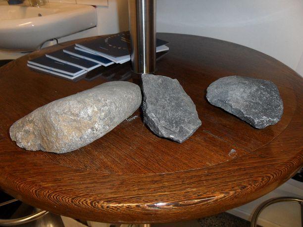 Tiloista kerättiin useita kiviä iskun jäljiltä.