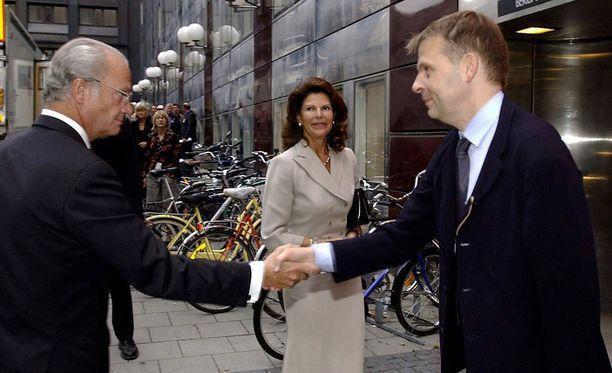 Benny Fredriksson toivotti kuningas Kaarle Kustaan ja kuningatar Silvian tervetulleeksi teatteriin vuonna 2004.